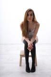 Συνεδρίαση γυναικών στην ξύλινη καρέκλα Στοκ φωτογραφίες με δικαίωμα ελεύθερης χρήσης