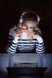 Συνεδρίαση γυναικών στο γραφείο, που λειτουργεί στο lap-top τη νύχτα Στοκ φωτογραφία με δικαίωμα ελεύθερης χρήσης