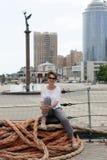 Συνεδρίαση γυναικών στο κατάστρωμα του πλοίου στοκ φωτογραφίες