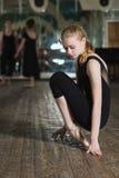Συνεδρίαση γυναικών στο πόδι της Στοκ εικόνες με δικαίωμα ελεύθερης χρήσης