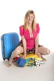 Συνεδρίαση γυναικών συσκευασίας διακοπών στη βαλίτσα Στοκ εικόνα με δικαίωμα ελεύθερης χρήσης