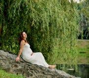 Συνεδρίαση εγκύων γυναικών στο πάρκο Θερμός καιρός Στοκ εικόνα με δικαίωμα ελεύθερης χρήσης