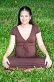 Συνεδρίαση εγκύων γυναικών στο πάρκο σε αναμονή για το chil στοκ εικόνες