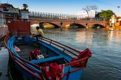 Συνεδρίαση λεμβούχων σε μια βάρκα στο ganga ποταμών στοκ εικόνες με δικαίωμα ελεύθερης χρήσης