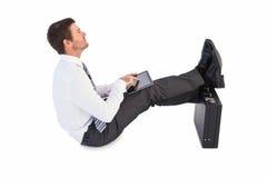 Συνεδρίαση επιχειρηματιών με τα πόδια επάνω χρησιμοποιώντας την ταμπλέτα του Στοκ εικόνες με δικαίωμα ελεύθερης χρήσης