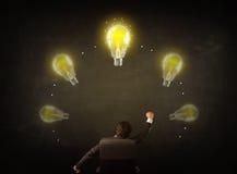 Συνεδρίαση επιχειρηματιών με τα lightbulbs πέρα από το κεφάλι του Στοκ Εικόνες