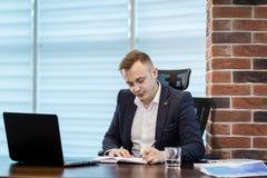 Συνεδρίαση επιχειρηματιών πίσω από ένα lap-top, σοβαρή συνεδρίαση επιχειρηματιών Στοκ φωτογραφία με δικαίωμα ελεύθερης χρήσης