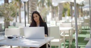 Συνεδρίαση επιχειρηματιών που σκέφτεται σε ένα εστιατόριο Στοκ φωτογραφία με δικαίωμα ελεύθερης χρήσης