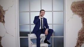 Συνεδρίαση επιχειρηματιών σε μια συμβολική σκάλα σταδιοδρομίας και ομιλία στο τηλέφωνο φιλμ μικρού μήκους