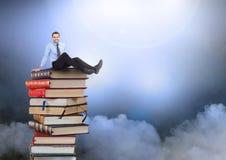 Συνεδρίαση επιχειρηματιών στα βιβλία που συσσωρεύονται από τα ατμοσφαιρικά σύννεφα Στοκ Φωτογραφία