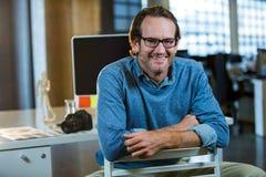 Συνεδρίαση επιχειρηματιών στην καρέκλα ενάντια στο γραφείο υπολογιστών Στοκ φωτογραφίες με δικαίωμα ελεύθερης χρήσης