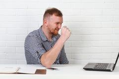 Συνεδρίαση επιχειρηματιών στον πίνακα και εργασία στον υπολογιστή Λύνει τους σημαντικούς επιχειρησιακούς στόχους Είναι επιτυχής κ Στοκ Εικόνες