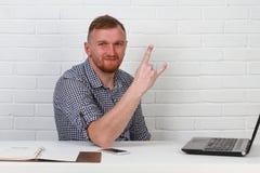 Συνεδρίαση επιχειρηματιών στον πίνακα και εργασία στον υπολογιστή Λύνει τους σημαντικούς επιχειρησιακούς στόχους Είναι επιτυχής κ Στοκ Φωτογραφίες