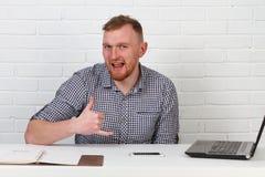 Συνεδρίαση επιχειρηματιών στον πίνακα και εργασία στον υπολογιστή Λύνει τους σημαντικούς επιχειρησιακούς στόχους Είναι επιτυχής κ Στοκ φωτογραφία με δικαίωμα ελεύθερης χρήσης