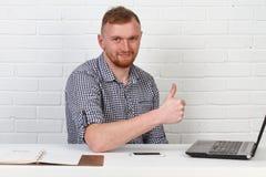 Συνεδρίαση επιχειρηματιών στον πίνακα και εργασία στον υπολογιστή Λύνει τους σημαντικούς επιχειρησιακούς στόχους Είναι επιτυχής κ Στοκ Φωτογραφία