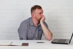 Συνεδρίαση επιχειρηματιών στον πίνακα και εργασία στον υπολογιστή Λύνει τους σημαντικούς επιχειρησιακούς στόχους Είναι επιτυχής κ Στοκ εικόνα με δικαίωμα ελεύθερης χρήσης