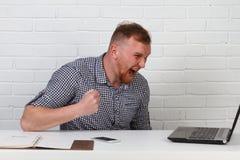 Συνεδρίαση επιχειρηματιών στον πίνακα και εργασία στον υπολογιστή Λύνει τους σημαντικούς επιχειρησιακούς στόχους Είναι επιτυχής κ Στοκ Εικόνα