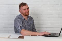 Συνεδρίαση επιχειρηματιών στον πίνακα και εργασία στον υπολογιστή Λύνει τους σημαντικούς επιχειρησιακούς στόχους Είναι επιτυχής κ Στοκ εικόνες με δικαίωμα ελεύθερης χρήσης