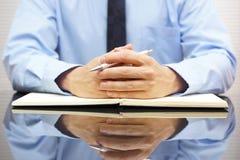 Συνεδρίαση επιχειρηματιών στο γραφείο του και ρωτημένος τον πελάτη του Στοκ Εικόνες
