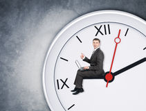 Συνεδρίαση επιχειρηματιών στο clockhand Στοκ Εικόνα