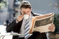 Συνεδρίαση επιχειρηματιών υπαίθρια για τις ειδήσεις ανάγνωσης πρωινού μικρής διακοπής προγευμάτων στην εφημερίδα που έχει τον καφ στοκ εικόνες με δικαίωμα ελεύθερης χρήσης