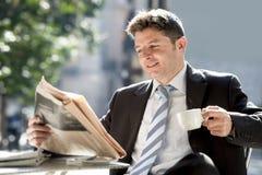 Συνεδρίαση επιχειρηματιών υπαίθρια για τις ειδήσεις ανάγνωσης πρωινού μικρής διακοπής προγευμάτων στην εφημερίδα που έχει τον καφ στοκ εικόνα