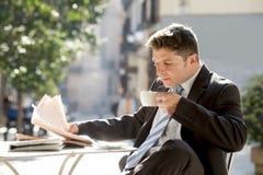 Συνεδρίαση επιχειρηματιών υπαίθρια για τις ειδήσεις ανάγνωσης πρωινού μικρής διακοπής προγευμάτων στην εφημερίδα που έχει τον καφ στοκ εικόνες