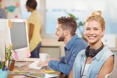 Συνεδρίαση επιχειρηματιών χαμόγελου ενάντια στους υπαλλήλους Στοκ φωτογραφία με δικαίωμα ελεύθερης χρήσης