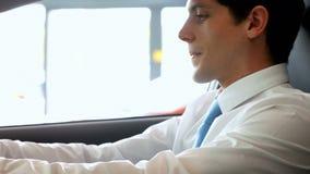 Συνεδρίαση επιχειρηματιών χαμόγελου σε ένα αυτοκίνητο απόθεμα βίντεο