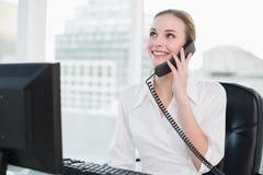 Συνεδρίαση επιχειρηματιών χαμόγελου στο γραφείο στο τηλέφωνο Στοκ Φωτογραφίες