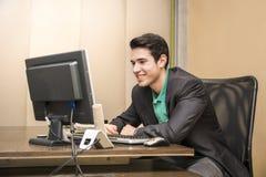 Συνεδρίαση επιχειρηματιών χαμόγελου όμορφη νέα στο γραφείο στην αρχή Στοκ Φωτογραφία