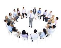 Συνεδρίαση επιχειρησιακής ομάδας γύρω από τον ηγέτη στοκ εικόνα με δικαίωμα ελεύθερης χρήσης