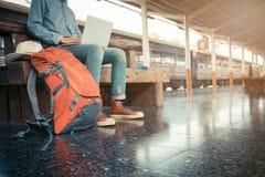 Συνεδρίαση επιχειρησιακών ατόμων με τη χρησιμοποίηση του lap-top τσάντα ταξιδιού στο τραίνο στοκ εικόνες