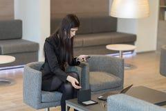 Συνεδρίαση επιχειρησιακών γυναικών με ένα τηλέφωνο Στοκ Φωτογραφίες