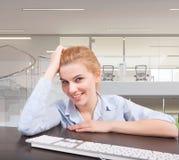 Συνεδρίαση επιχειρησιακών γυναικών στο γραφείο της Στοκ εικόνες με δικαίωμα ελεύθερης χρήσης