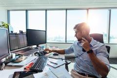 Συνεδρίαση επιχειρησιακών επενδυτών στο γραφείο του στην αρχή Στοκ εικόνα με δικαίωμα ελεύθερης χρήσης