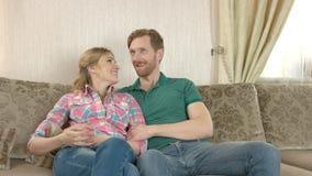 Συνεδρίαση ζευγών χαμόγελου στον καναπέ απόθεμα βίντεο