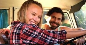 Συνεδρίαση ζευγών Hipster σε ένα φορτηγό απόθεμα βίντεο