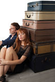 Συνεδρίαση ζεύγους κοντά στις βαλίτσες Στοκ εικόνες με δικαίωμα ελεύθερης χρήσης