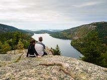 Συνεδρίαση ζεύγους πάνω από ένα βουνό Στοκ φωτογραφία με δικαίωμα ελεύθερης χρήσης