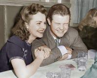 Συνεδρίαση ζεύγους που γελά μαζί και ευτυχής (όλα τα πρόσωπα που απεικονίζονται δεν ζουν περισσότερο και κανένα κτήμα δεν υπάρχει στοκ εικόνες