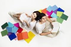 Συνεδρίαση ζεύγους στην ανάγνωση πατωμάτων και να ανατρέξει. Στοκ Εικόνες