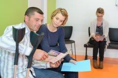 Συνεδρίαση ζεύγους στο νοσοκομείο αίθουσας αναμονής στοκ εικόνες με δικαίωμα ελεύθερης χρήσης