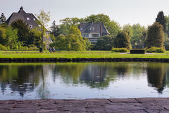 Συνεδρίαση ζεύγους στο πάρκο Στοκ εικόνα με δικαίωμα ελεύθερης χρήσης