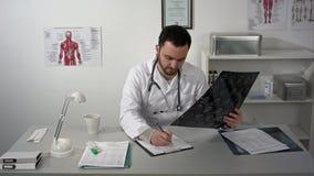 Συνεδρίαση ιατρών στον πίνακα και θετικά εξερεύνηση του mri εγκεφάλου ασθενών απόθεμα βίντεο