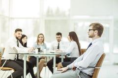 Συνεδρίαση διευθυντών σε μια καρέκλα γραφείων στο υπόβαθρο της επιχειρησιακής ομάδας που λειτουργεί στο γραφείο Στοκ φωτογραφία με δικαίωμα ελεύθερης χρήσης