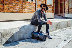 Συνεδρίαση και αναμονή Hipster σοβαρά στοκ φωτογραφία με δικαίωμα ελεύθερης χρήσης