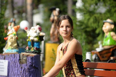 Συνεδρίαση κοριτσιών εφήβων σε έναν πάγκο στοκ εικόνα με δικαίωμα ελεύθερης χρήσης