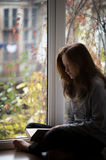 Συνεδρίαση κοριτσιών εφήβων σε ένα windowsill Στοκ φωτογραφία με δικαίωμα ελεύθερης χρήσης