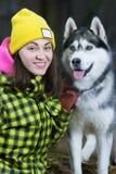 Συνεδρίαση κοριτσιών με το γεροδεμένο σκυλί Στοκ φωτογραφίες με δικαίωμα ελεύθερης χρήσης